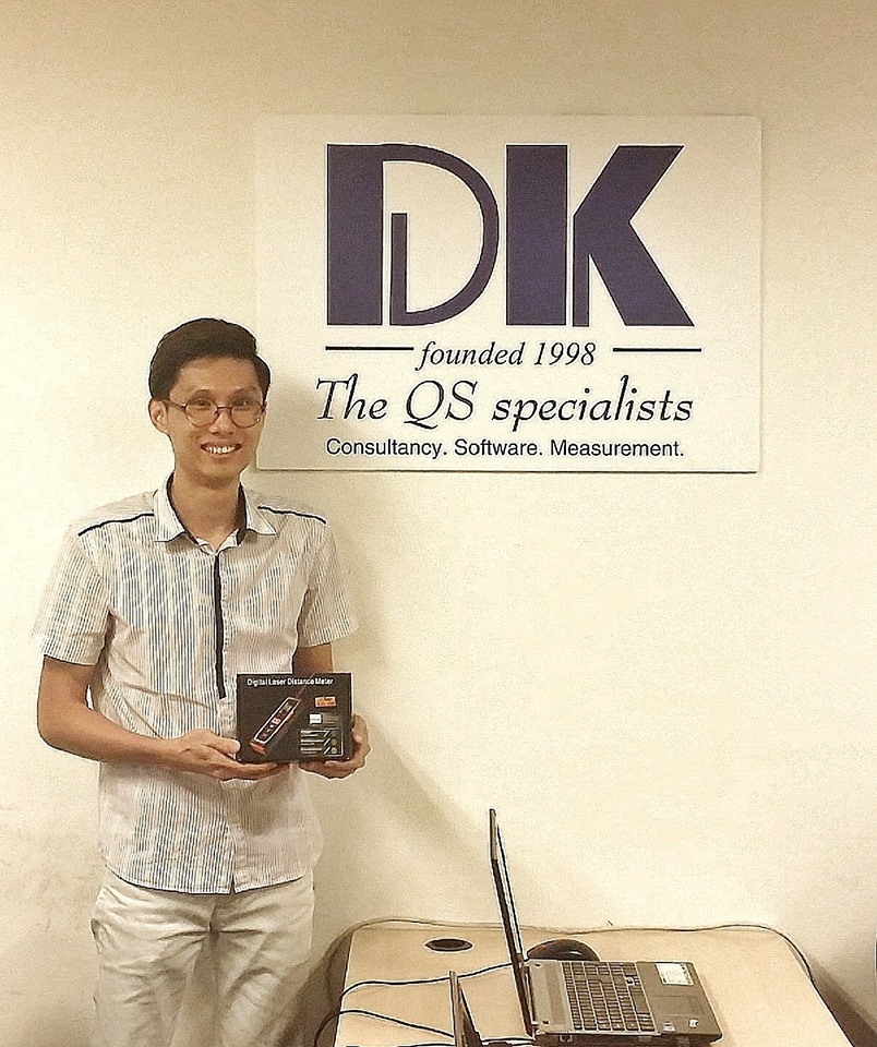 Shanghai Tunnel Engr Co (Singapore)'s representative receiving the free gift of laser distance measure